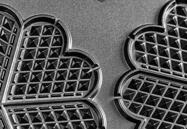 Kaffemaskinen, vaffeljernet, elkedlen og mikrobølgeovnen. Hvordan rengør man egentlig de fire køkkengadgets? Se det her.