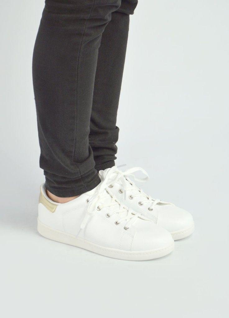 Γυναικεία λευκά sneakers με χρυσή λεπτομέρεια