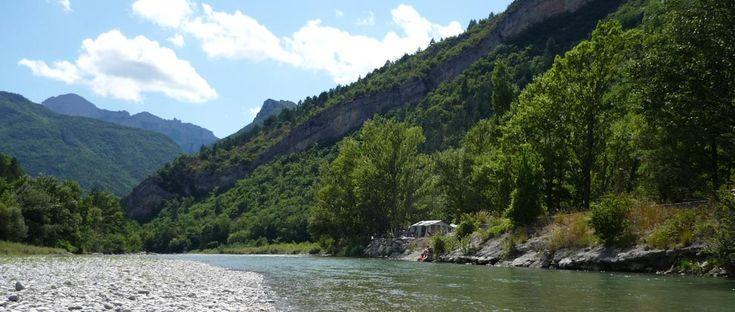 Omgeving « Camping Les Acacias, dans le sud de la France, au bord de la rivière Drôme.
