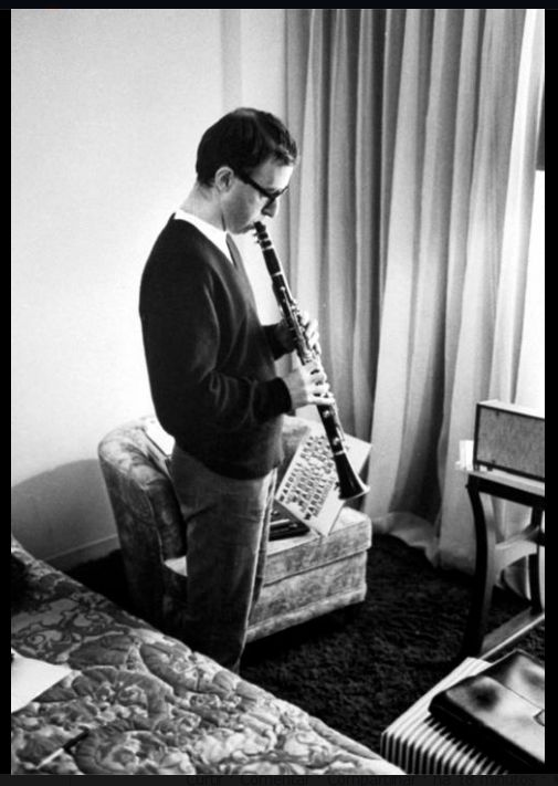 Allan Stewart Königsberg em 1964, fotografado em um hotel em Las Vegas, às vésperas de gravar seu primeiro disco de piadas com o nome artístico Woody Allen.  Veja também: Veja mais em: http://semioticas1.blogspot.com.br/2011/08/semioticas-o-bruxo-e-critica.html