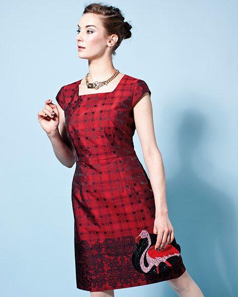 Upea punaruutuinen mekko, jonka helmaa koristaa musta pitsi.