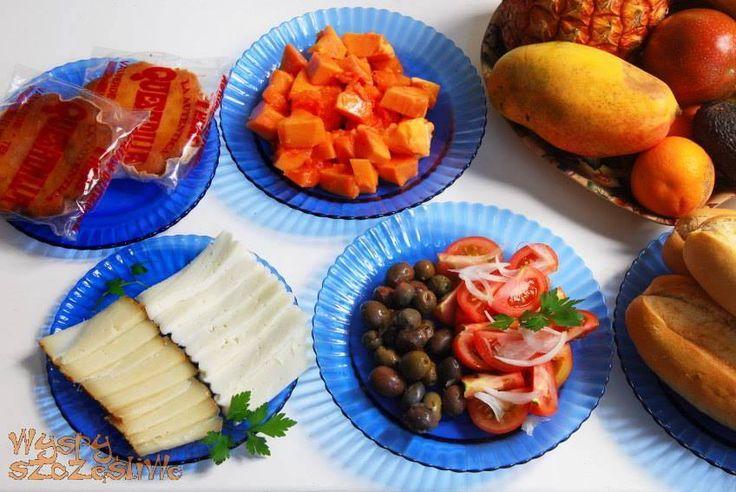 Śniadanie na Wyspach Kanaryjskich:kozie sery, papaja, oliwki, pomidory i serniki z El Hierro.