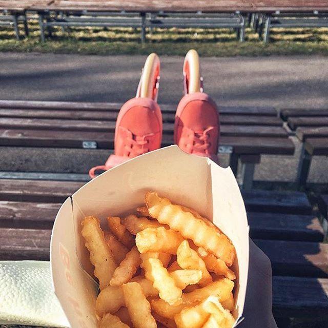 It's Sunday, treat yourself 😜🍟 #Repost @oursagirla ・・・ 🍟+⛸⛸=🙃 #skating #mezaparks #relax #junkfood #swell #peach #orange #skates #wheels3x3 #omnomnom #☀️ #one20five #пожрать #powerslideswell #powerslide #triskates #inlineskate #foodporn