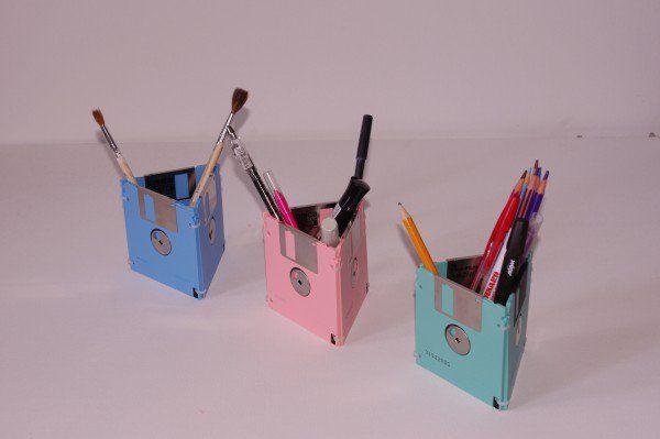 Τρεις παλιές δισκέτες θα σου χαρίσουν μια θήκη μολυβιών - http://ipop.gr/themata/ftiaxnw/tris-palies-disketes-tha-sou-charisoun-mia-thiki-molyvion/