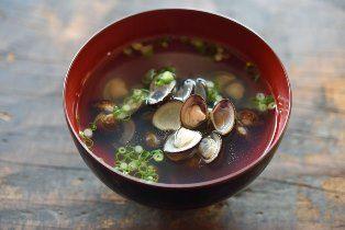 いちばん丁寧な和食レシピサイト、白ごはん.comの『しじみ汁の作り方』を紹介するレシピページです。しじみなどの貝類は、水から火にかけてだしを引き出すと美味しくなります!昆布さえあれば美味しいおすましが作れますので、ぜひお試しください。作り方は詳しい写真付きです。
