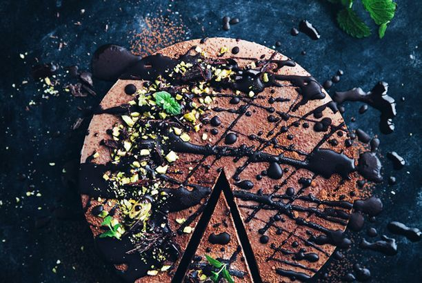 Vegan no bake chocolate mousse cake