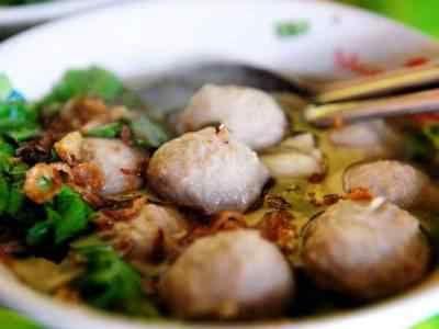 Bakso Sapi - Berikut ini ada video cara membuat resep bakso sapi urat halus kuah goreng ncc asli afung abang abang solo yang paling enak kenyal serta spesial.