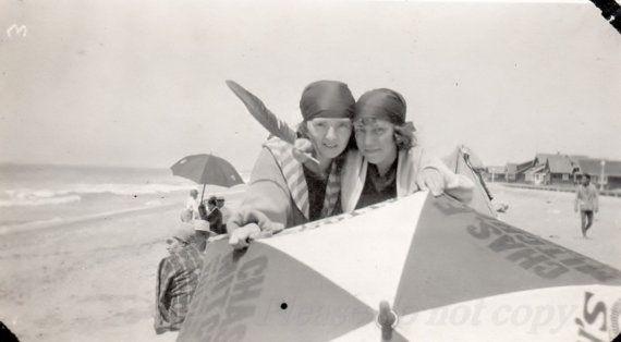 Foto de época ~ ~ 1920 playa Chicas ~ Chicas Flapper con paraguas
