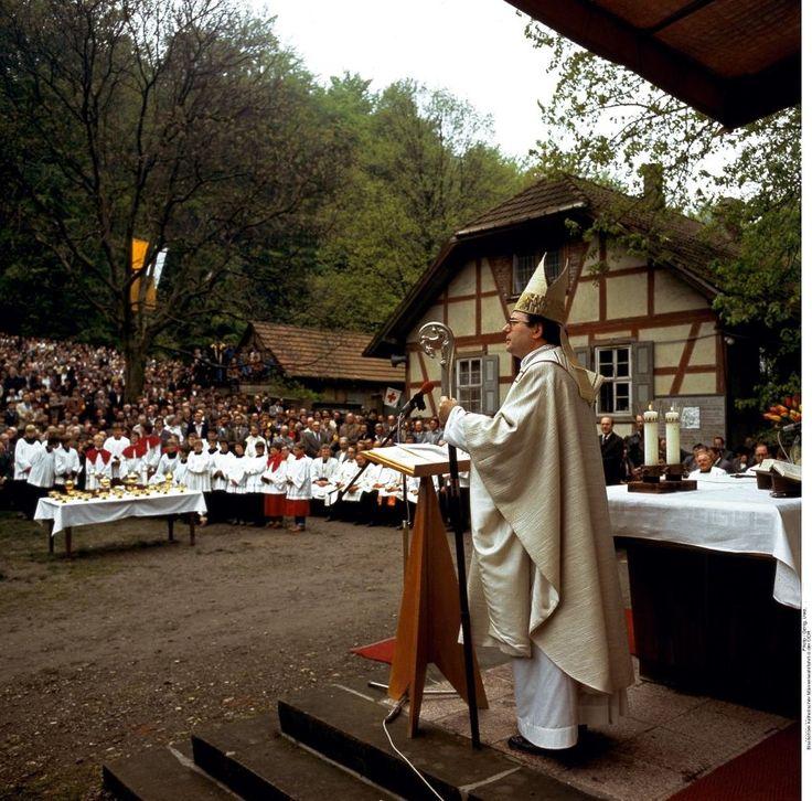 Der Erfurter katholische Bischof Joachim Wanke spricht zu Gläubigen in der Eichsfelder Wallfahrtstätte am Klüschen Hagis nahe Worbis, aufgenommen vermutlich im Frühjahr 1983.