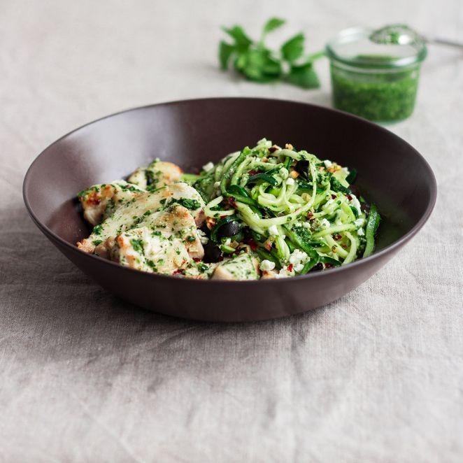 """Diese Zucchini-""""Spaghetti"""" mit Koriander-Pesto sind leicht, lecker, schnell gemacht - und eine gesunde Alternative zu klassischer Pasta. Probier es aus."""