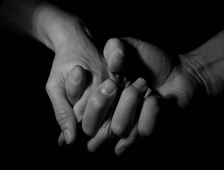 ...Non so perché né sino a quando  rimarrò qui con te:  ma stringo la tua mano  e proteggo i tuoi occhi.  —Endre Ady (Ungheria, 1872-1919)—