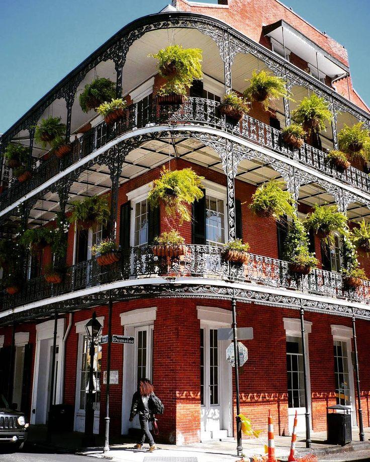 Una passeggiata nel Quartiere Francese di New Orleans città unica e piena di magia e mistero. Seguite il mio blog! Link nella biografia. #lavoltache #neworleans #louisiana #usa #frenchquarter #bourbonstreet #wroughtiron #traveling by lavoltache