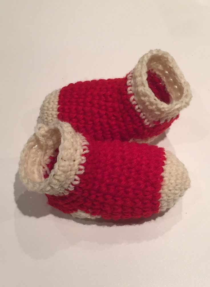 Christmas baby socks, pattern from mamachee.com