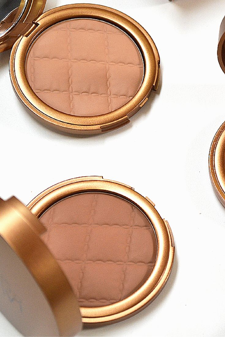 Create a natural contour or sun-kissed glow when you use the Laura Geller Beach Matte Baked Hydrating Bronzer.