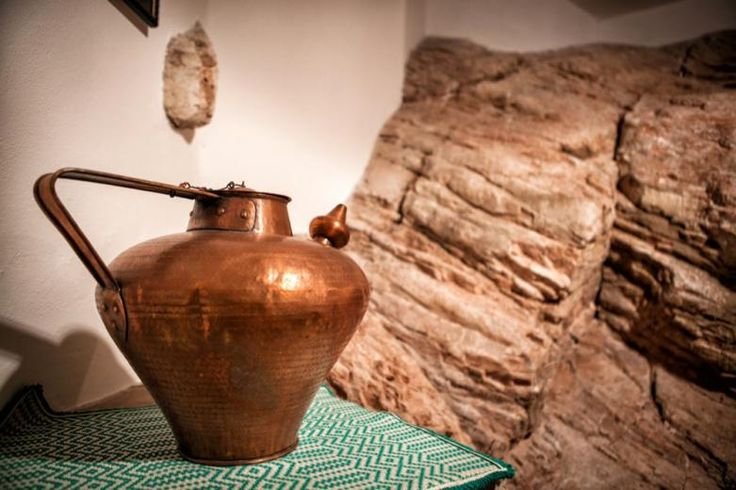 Fine furnishing at the Corinna apartment (Residence Menotre): pitcher and interior rock