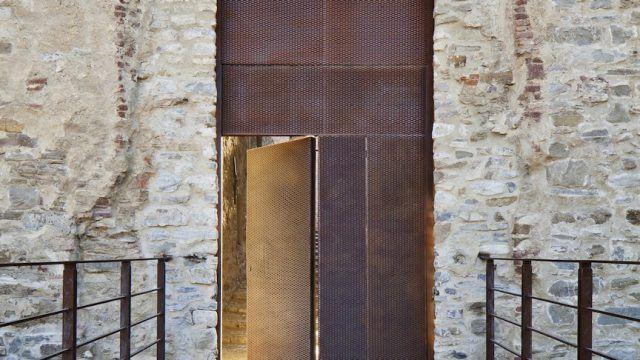 L'intervento di restauro del Castello di Dolceacqua, realizzato dallo studio genovese LDA+SR, si affianca alla realizzazione di nuove aggiunte in acciaio corten che rispettano l'identità del monumento