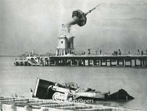 The Old Pier comes down, Cape Town 1940