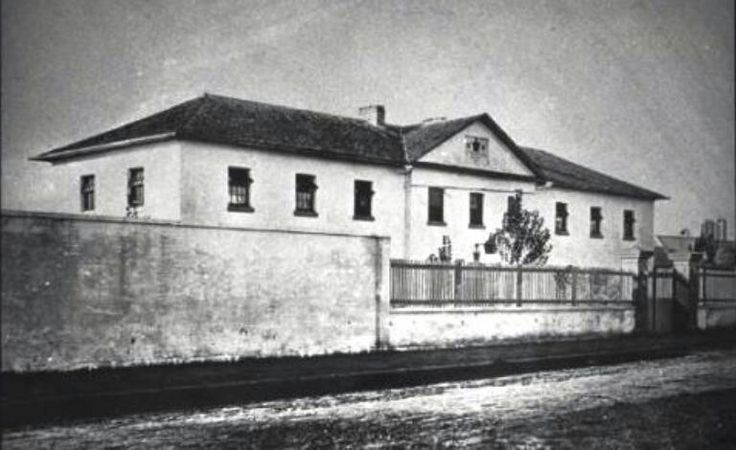 Macquarie Barracks,also known as the Convict Barracks and later the Macquarie Street Asylum in Parramatta in 1900.Located on the north side of MacQuarie St,near Barrack Lane.Built in 1820 and demolished in the 1930s.It was a Georgian brick building constructed during Lachlan Macquarie's governorship.