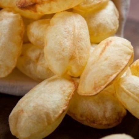 Patate soffiate - tagliare a fettine di 3 mm di spessore le patate. Friggere in abbondante olio bollente a 150°C per 5 o 10 minuti. Scolare.Poi Friggere nuovamente a 170/180°C. e si gonfieranno.