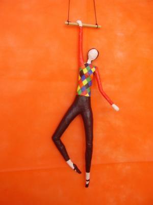 trapecista arlequin figura papel cartapesta
