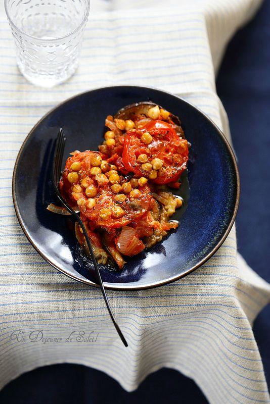 Moussaka libanaise (végétarienne) ou Moussaâ badhinjan Découvrir cette moussaka libanaise végétarienne c'est immédiatement tomber sous son charme simple et ensoleillé : des aubergines, des tomates, des oignons et des pois…