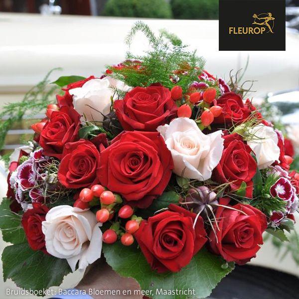 Prachtig bruidsboeket met rode en witte rozen van Fleurop bloemist Baccara Bloemen en meer te Maastricht