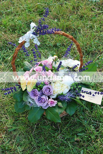 Aranjament floral cu bujori, trandafiri roz si mov