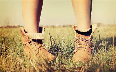 壁紙をダウンロードする 秋, 草, 黄色の靴
