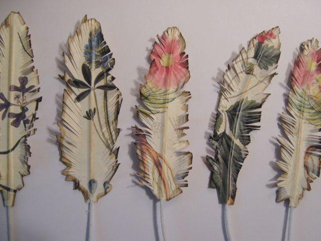 paper feathers. Plumas de papel