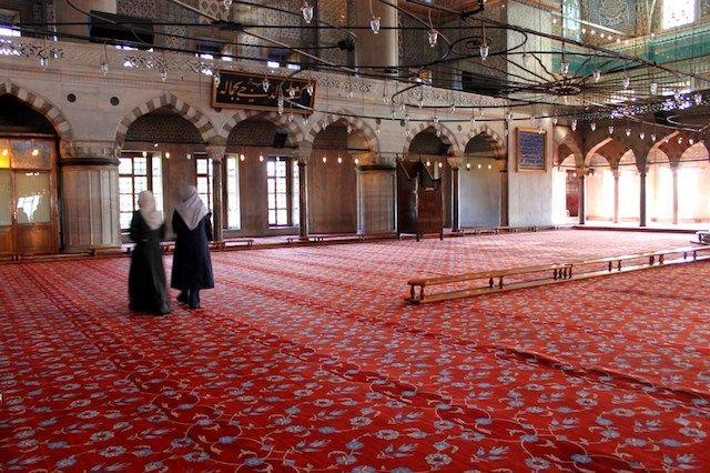 [Ricordo con affetto le moschee di Istanbul] Sono posti meravigliosi, pieni di colore, di tappeti, di persone, di luce. Da fuori sembrano delle torte con decorazioni di zucchero, dentro sono calde, luminose, accoglienti.