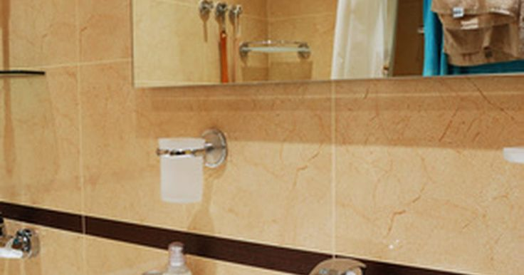 Como decorar um banheiro estreito. Casas antigas, sobrados e apartamentos são conhecidos por possuírem banheiros apertados. Os modelos de decoração que funcionam bem em banheiros amplos e espaçosos de casas mais novas só servirão para fazer um espaço estreito ainda menor e mais apertado. Dependendo do seu tempo, orçamento e suas habilidades, você pode fazer várias modificações para ...