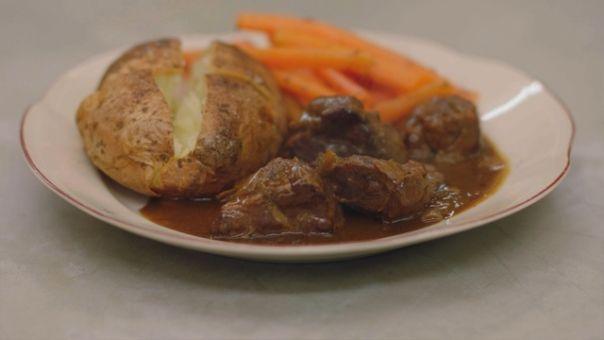 Eén - Dagelijkse kost - varkenswangen met oud bruin bier, wortelen en gepofte aardappelen