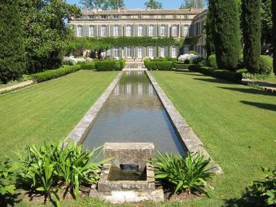 Parc et Jardin du Château de Brantes Le Château de Brantes fut construit vers 1700 par les del Bianco, originaires de Florence, venus s'établir dans la ville pontificale d'Avignon en 1600. Il fut agrandi en 1815 par le général de Cessac, ministre de Napoléon 1er, et restauré à partir de 1960 par les propriétaires actuels, descendants des del Bianco
