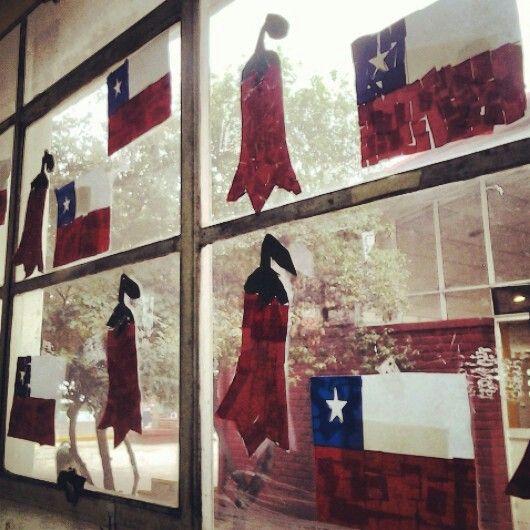 bandera chilena y copihue con papeles cortados.