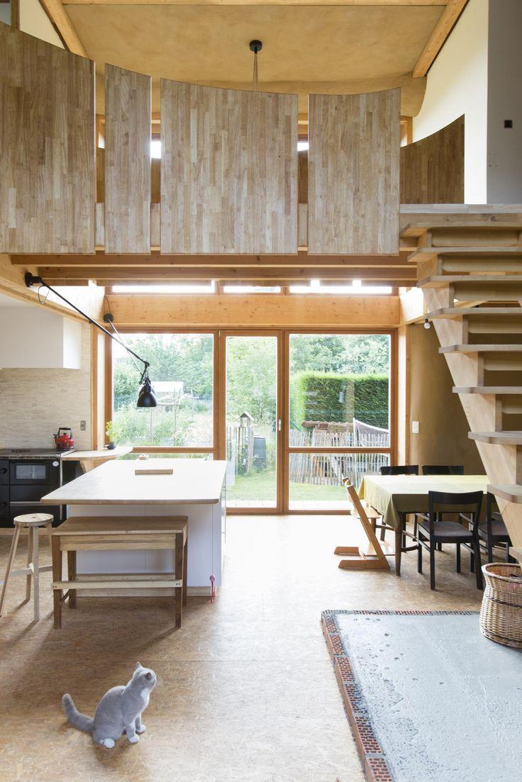 Elisabeth en Dirk wonen met hun drie kinderen in een huis dat ze samen hebben gebouwd, eigenhandig en met een heel beperkte ecologische voetafdruk. Hun str...