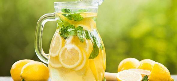 Το καλοκαίρι είναι ιδανική περίοδος για να απολαύσουμε δροσιστικές λεμονάδες και μάλιστα σε πέντε διαφορετικές παραλλαγές.