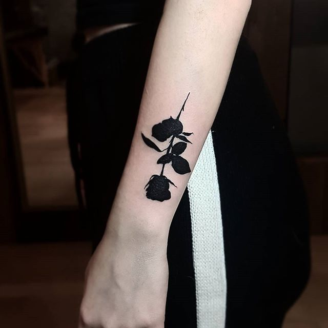 It's Valentine's Day AND her birthday so bibi got a black rose.  Merci!  Done @olyangertattoo