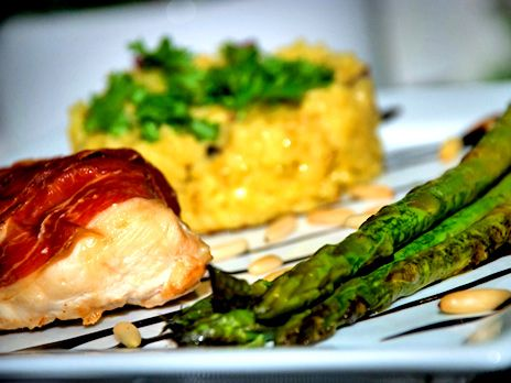 Grillad seranoinlindad kyckling med fyllning av ädelost  och saffransrisotto med grillade sparrisar på en spegel  av balsamicosås. En färgsprakande kycklingrätt med smaker från Italien och Spanien.