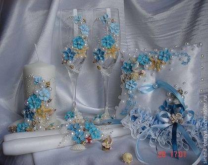 Купить или заказать Морской свадебный комплект ' Море на двоих' в интернет-магазине на Ярмарке Мастеров. Шикарный свадебный комплект для свадьбы на берегу. Переливается капельками воды, для лучшего рассмотрения увеличивайте фотографии. Набор состоит из : Свадебные бокалы - 1600 Подушечка для обручальных колец - 750 Комплект свечей - 1200 Подсвечник - 350 подвязка невесты -…
