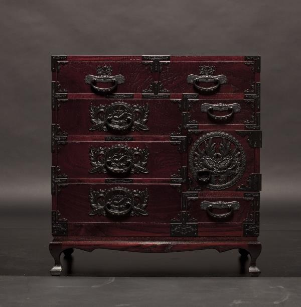 Japanese traditional chest, Tansu