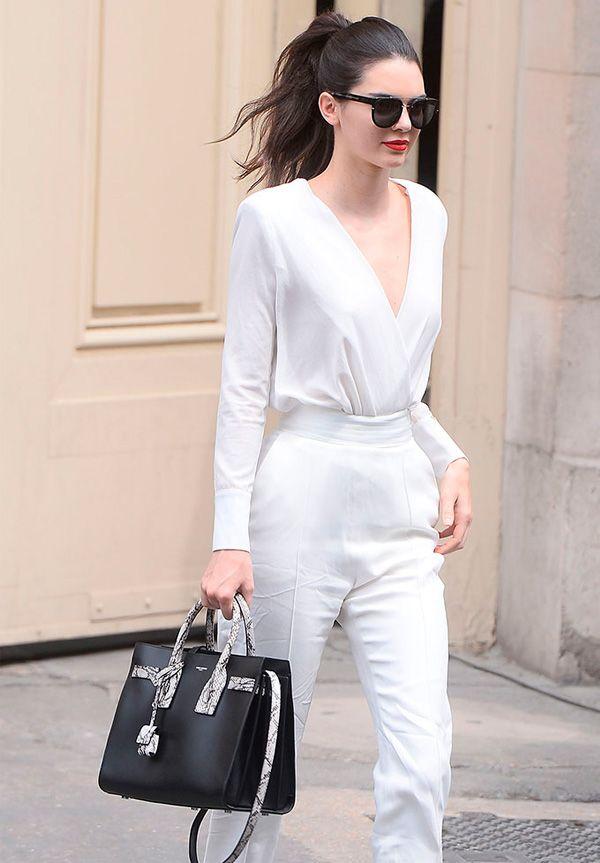 Street style da modelo Kendall Jenner, com look total branco, com exceção da bolsa.