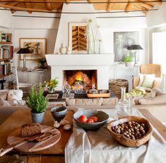 4.Salón de estilo rústico con chimenea, techos de madera y mesa de comedor en primer plano-00437089 O
