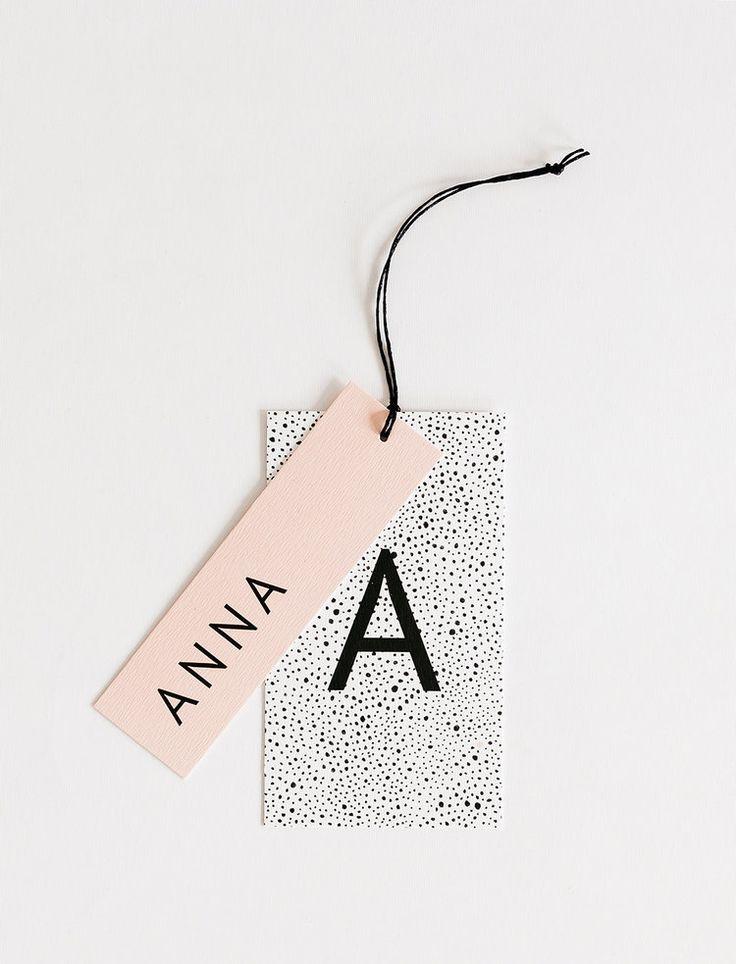 grafisch geboortekaartje meisje in peach / oudroze met naamlabel / hangtag