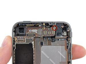 Stap 19. Gebruik een kleine platte schroevendraaier om de 4,8 mm schroef naast de hoofdtelefoonaansluiting te verwijderen.  Bij het monteren van het apparaat, stelt dit schroefje de hoogte van het Wi-Fi schild verwijderd in stap 13. Als niet naar beneden gedraaid, zal het schild boven het vlak van het frame zitten en de achterkant zal niet goed schuiven in stap 2. Het schild moet gelijk zijn met de koptelefoonaansluiting.