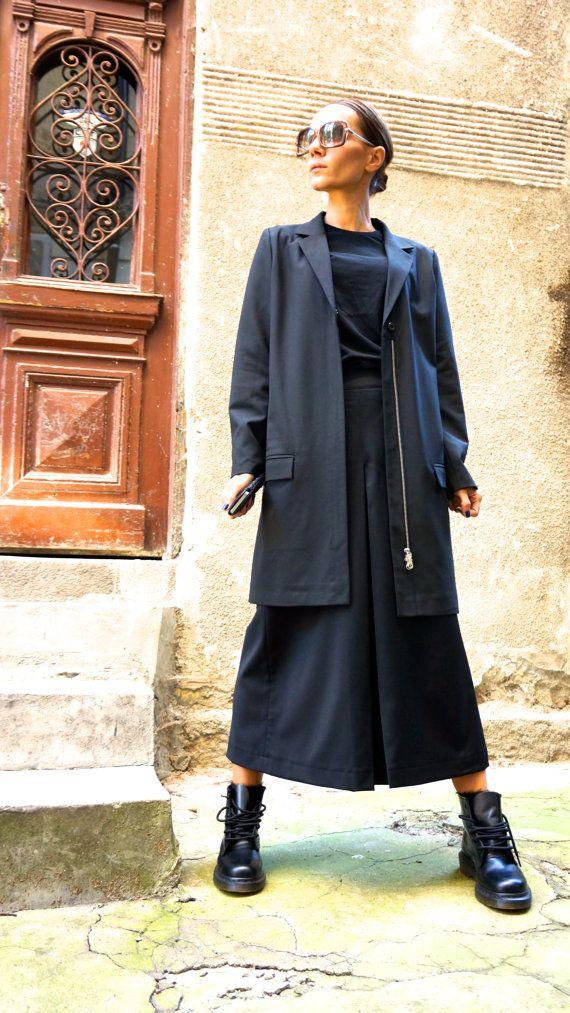 Deze prachtige zwarte brede been 7/8-broek  Zal uw kledingstuk Must have voor het nieuwe seizoen van de AW/14/15...  Schoon gesneden, steekzakken, hoge taille broek  Comfortabele en gemakkelijk te dragen tegelijkertijd tijd dus een vleugje elegantie en stijl...  Draag hem met extravagante tuniek, sneakers,, wiggen, favoriete tee of bovenkant, of hoodie of trui of jas of blazer... of wat anders heb je in gedachten zullen altijd gewoon PERFECT...   Stof 100% koude wol Verschillende maten…