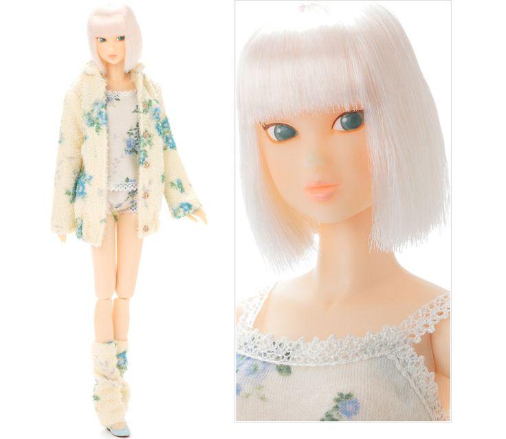 KID BLUE momoko DOLL Platinum Ver. ピュアな女性のためのワインサイズのファッションドール「momoko DOLL」の生誕10周年を記念して「KID BLUE」のモデル「キッドブルーガール」をイメージしたmomoko DOLLが登場です。 仕様詳細: [衣装]ガウン、キャミソール、ショートカルソン、レッグウォーマー、バレエシューズ。 [ドール]色白肌、プラチナブロンドの前下がりボブ、横目、上マツゲ2本、下アイライン、アイシャドウライトベージュ、瞳ライトモスグリーン、にっこりリップヌーディオレンジピンク。  価格:20,790円(税込)  発売日:2012年2月15日発売