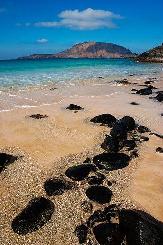 Rocas negras en la Playa de La Concha, La Graciosa  Lanzarote  Spain