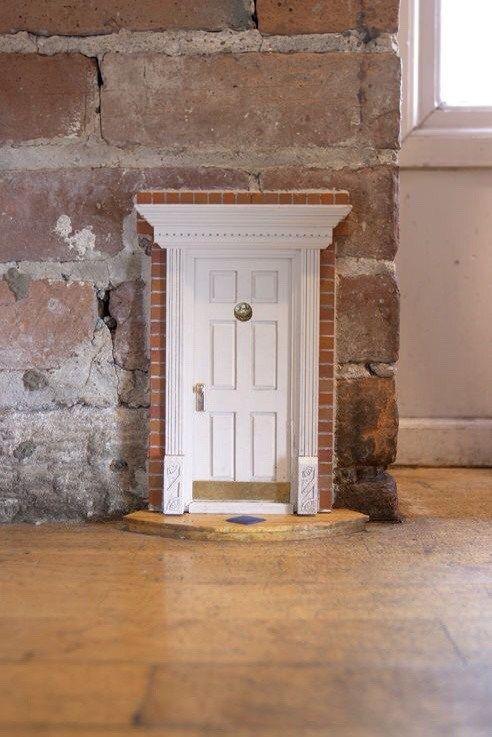 海外ではデコレーションとして確立されているミニチュアのドア。妖精のドア。海外では家の中も外でも見ることができる。こんな可愛らしいデコレーションは、遊び心があって、楽しい。 kates creative space 巾木の高さよりも小さいドア...