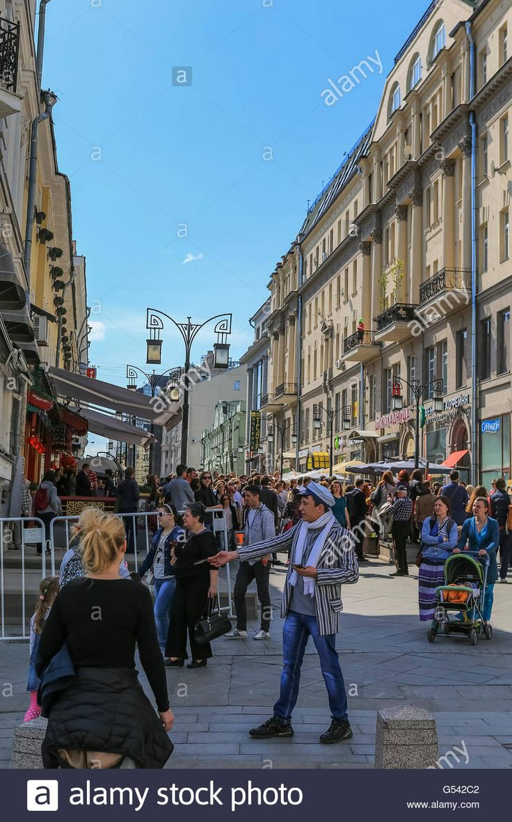 Download this stock image: Tourists in the city center, Moscow, Russia - G542C2 from Alamy's library of millions of high resolution stock photos, illustrations and vectors.