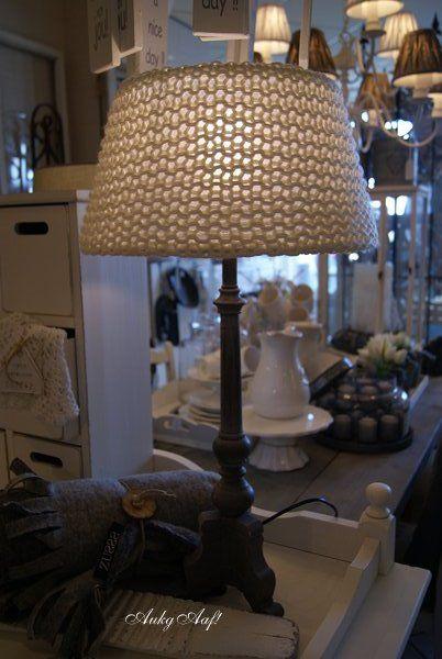 De witte lamp met antreciet houten voet antreciete poot wit snoer en witte stekker is bekroond - Houten drie voet lamp ...